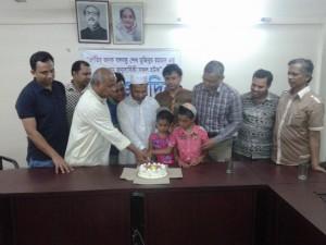 কুমিল্লা আইইবিতে জাতির পিতার জন্মদিন উপলক্ষ্যে কেক কাটছেন সদস্যবৃন্দ